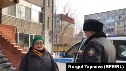 Айгүл Утепованы полиция үйүнөн алып кетти.