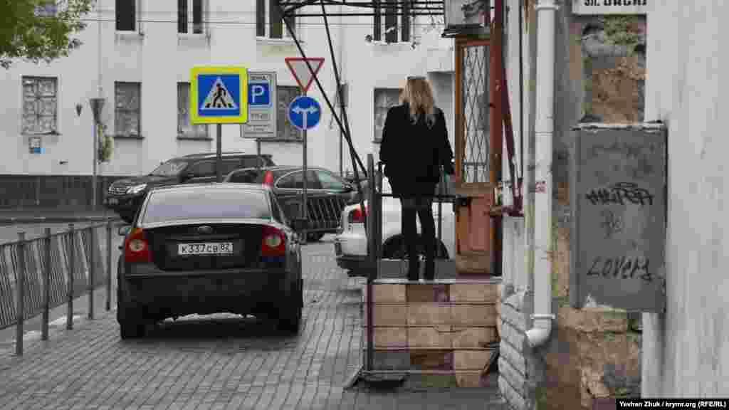 Паркування на тротуарах, вулиця Василя Кучера