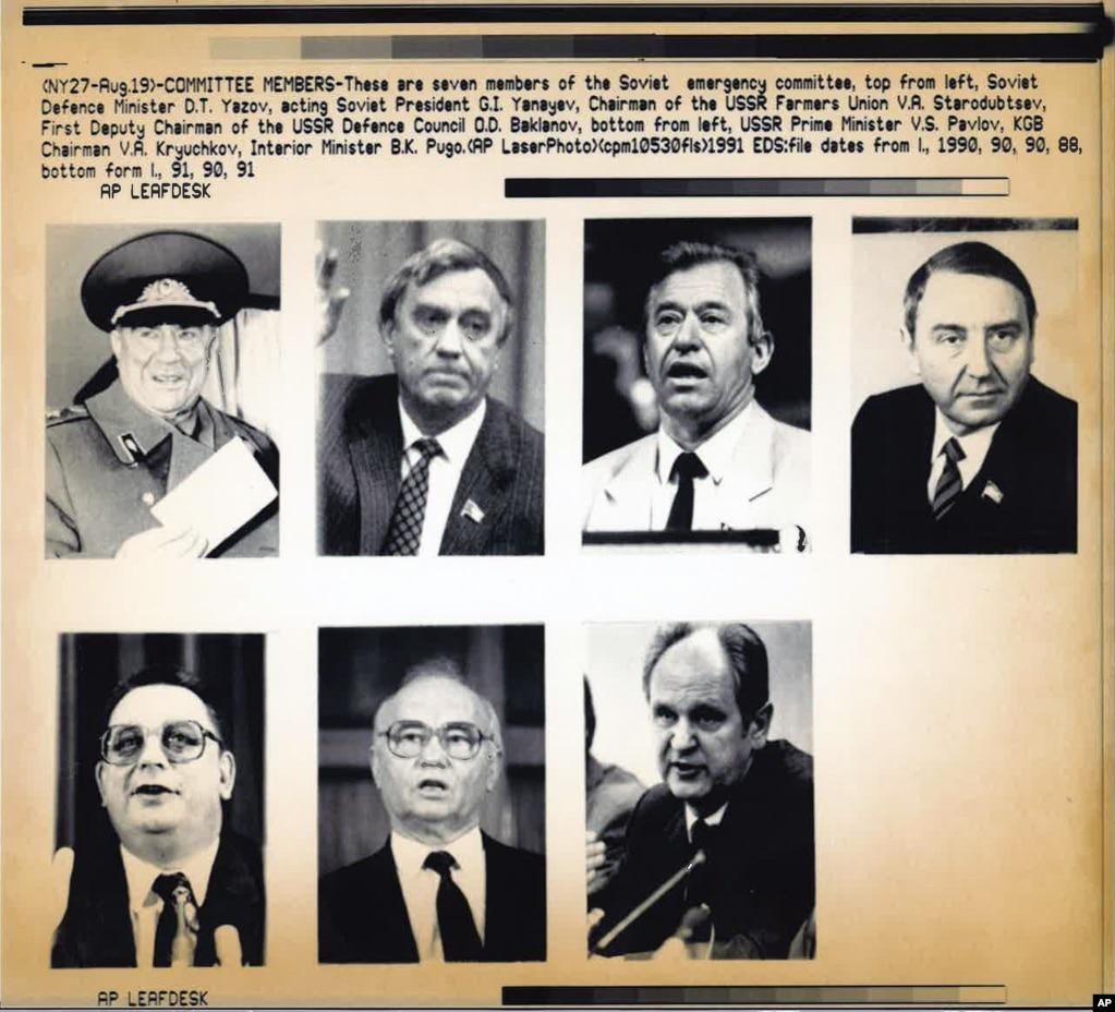 На фото сім із членів «Групи восьми», як назвали їх на Заході, ватажків кремлівського путчу. Вони проголосили «Державний комітет із надзвичайної ситуації», відомий за російським скороченням ГКЧП, і призначили Геннадія Янаєва «виконувачем обов'язків президента СРСР» замість Горбачова