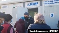 Очередь перед пунктом тестирования на COVID-19 в Семее, Восточно-Казахстанская область. 2 ноября 2020 года.