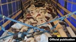Аткезчилик жол менен түстүү металлдарды ташып келаткан жүк ташуучу автоунаа. УКМК тараткан сүрөт.