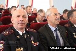 Fjodor Akčermišev kaže da je identifikovao čovjeka koji ga je napao u policijskoj stanici kao visokog oficira Ministarstva unutrašnjih poslova oblasti Sverdlovska po imenu Magomedimin Kurbanov (lijevo).