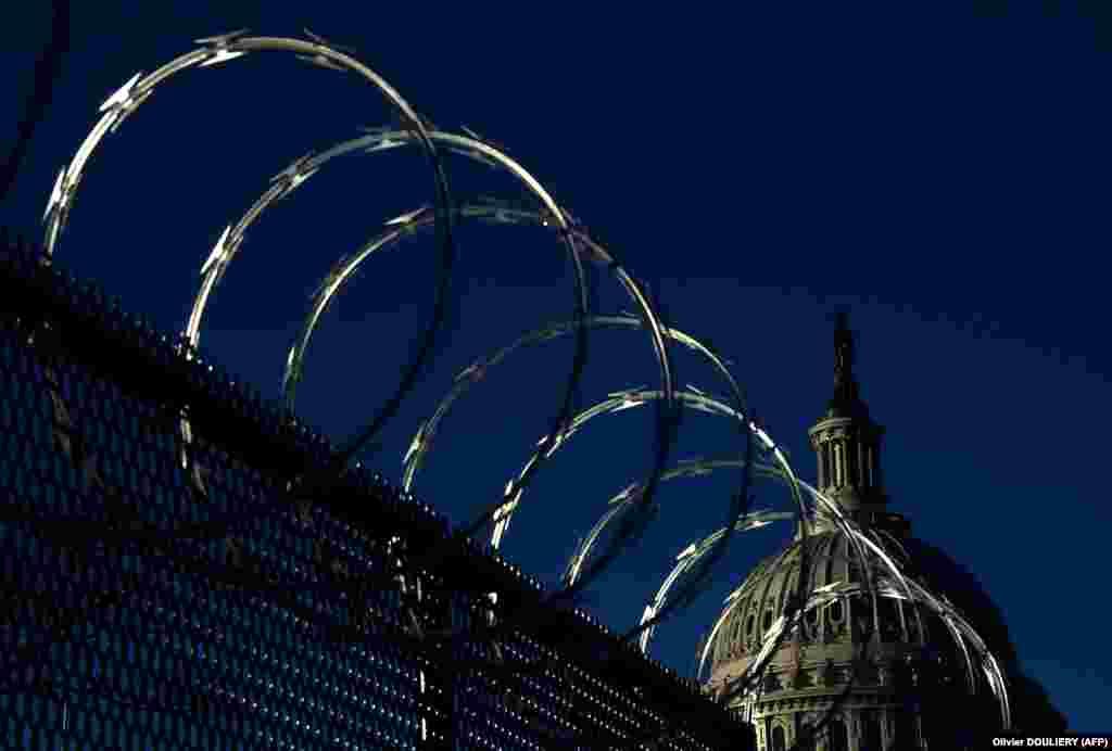 Ограждение с колючей проволокой за пределами Капитолия США в Вашингтоне