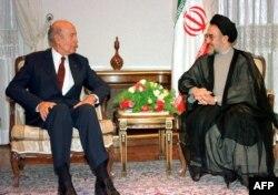 ژیسکار دستن در دیدار به محمد خاتمی، رئیسجمهور وقت، در زمان دیدارش از تهران در بهار ۷۷