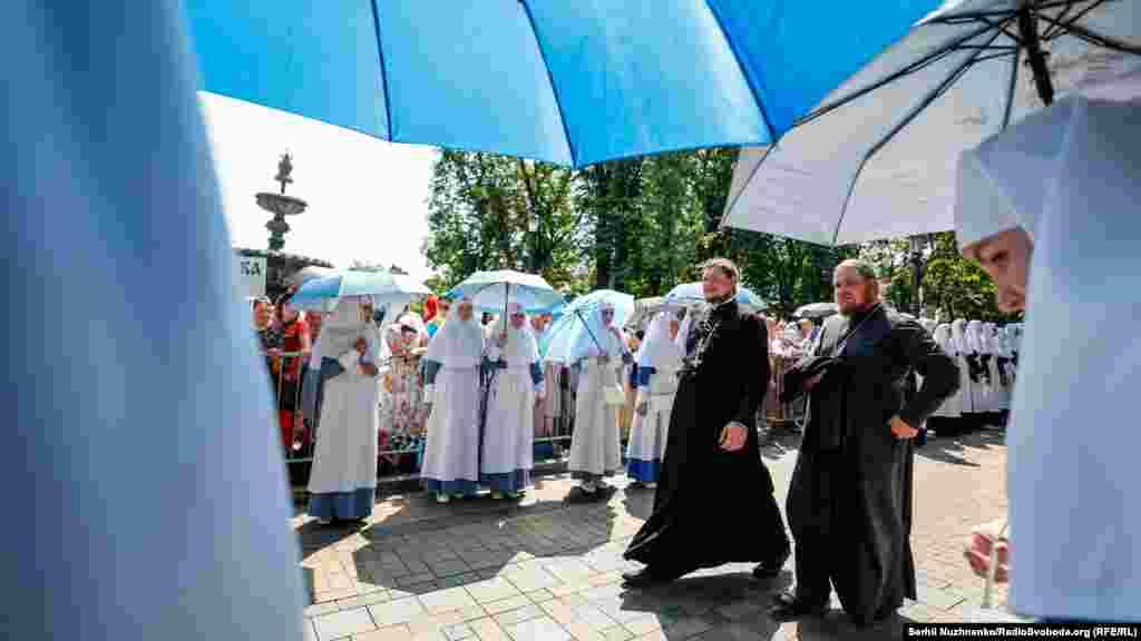 Після молебня на Володимирській гірці вірні УПЦ (МП) вирушили до Києво-Печерської лаври