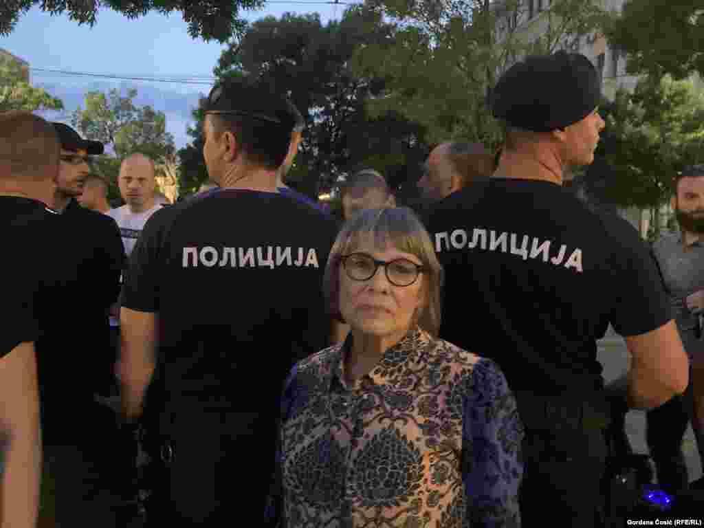 Među njima je bila i Nataša Kandić, osnivačica Fonda za humanitarno pravo i bivša direktorka te organizacije koji se desenijama bavi dokumentovanjem ratnih zločina na prostoru bivše Jugoslavije.