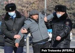 Сайлау күні қала орталығында полиция күштеп әкетіп бара жатқан адам. Алматы, 10 қаңтар 2021 жыл.