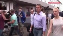 Navalny ayağa durub