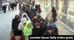Кримчани в черзі до «Дарів волхвів». Сімферополь, 31 січня 2014 року