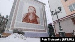 Казахстан. Мурал с изображением поэта Абая на стене многоэтажки. Петропавловск, Северо-Казахстанская область, 19 декабря 2020 года.