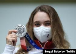 Российская спортсменка и серебряная медалистка Олимпиады Анастасия Галашина в защитной маске