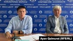 Активист Жанболат Мамай (слева) и политик Толеген Жукеев на встрече в пресс-центре Казахстанского бюро по правам человека. Алматы, 17 июня 2021 года.