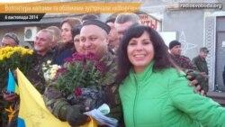 На Дніпропетровщині волонтери квітами та обіймами зустрічали підшефних «кіборгів» із 93-ї бригади