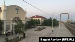 Железнодорожный вокзал в Жанаозене в день прибытия поезда из Туркменистана. 13 мая 2021 года.