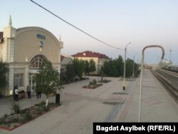 Türkmenistandan geljekleri garşy almaly Žanaözen demirýol menzili uzakly gün boşlukdy. 2021-nji ýylyň 13-nji maýy.