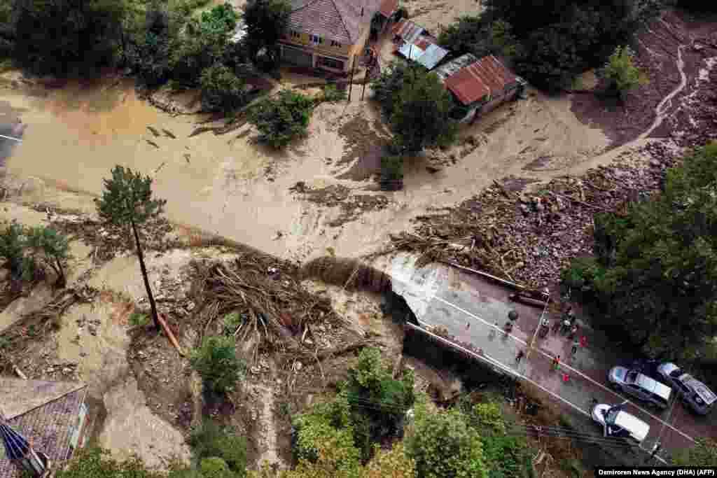 ТУРЦИЈА - Во големите поплави што ги погодија градовите во турските области на Црното Море, загинаа 70 луѓе, а продолжува потрагата по 47 исчезнати лица, објавија денеска властите во Турција, пренесе Ројтерс.