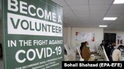 پاکستان کې یو شمېر روغتیايي رضاکاران د چین د کرونا ویروس ضد واکسین د ترلاسه کولو په تمه.