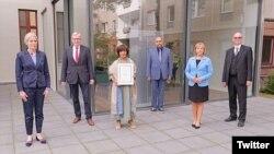 رؤسای انجمن قضات آلمان هنگام اهدای جایزه نسرین ستوده