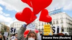 Сторонники легализации эвтаназии у здания парламента Испании в Мадриде, 18 марта 2021 года.