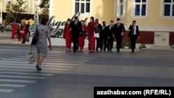 Школьники на одной из площадей Ашхабада. Туркменистан, апрель 2021 года