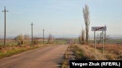 На некоторых крымских дорогах разметки нет вообще. У села Табачное Бахчисарайского района. Фото из архива