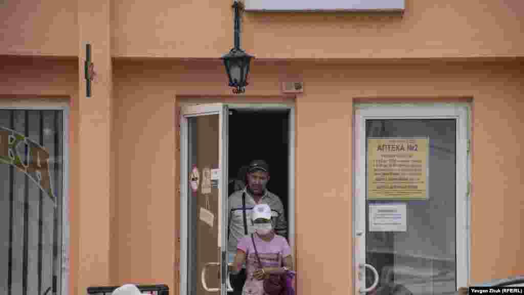 Не всі відвідувачі аптеки одягають захисні маски
