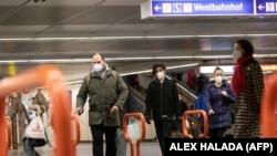 Maszkos járókelők a bécsi metróban 2021. január 25-én