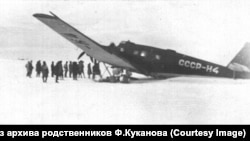 Самолет Куканова у полярников на мысе Северный