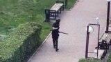 Unul dintre studenți l-a fotografiat pe atacator în timp ce acesta se îndrepta către o clădire a Universității.