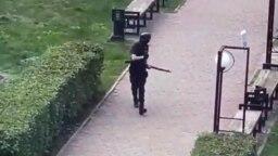 Вооруженный Т. Бекмансуров идет по территории кампуса Пермского университета