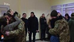 Звільнені прикордонники зустрілись із рідними у Києві (відео)