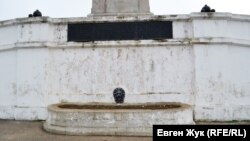 Фонтан с маскароном в виде головы льва, из пасти которого стекала вода. Сейчас в бассейне клумба