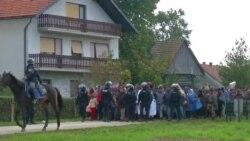 Sloveniya polisi qaçqınları düşərgəyə aparır