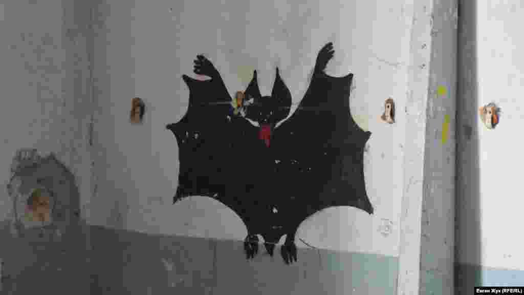 Намальований на стіні кажан-вампір