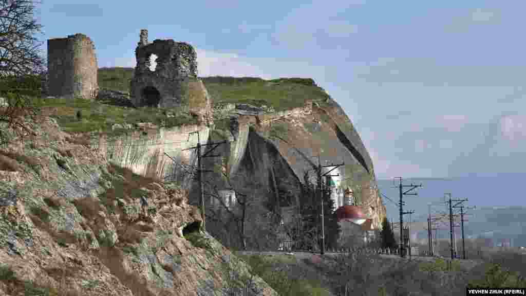 На Загайтанській скелі знаходиться середньовічна фортеця Каламіта, внизу – Інкерманський Свято-Климентівський печерний монастир