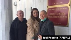 Блогер Юрий Пичугин (слева), Дарья Комарова и журналист Владимир Долгов