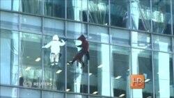 Лошадь и овца помыли окна отеля в Токио