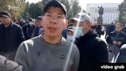 A journalist with RFE/RL's Radio Azattyk was threatened at a meeting held during unrest in Kyrgyzstan on October 9, 2020.