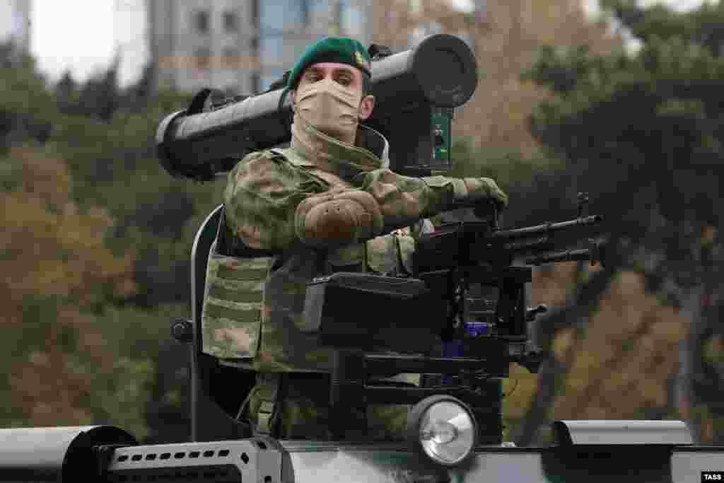 Бронетранспортер «Кобра» турецкого производства, оснащенный пулеметом ПК и противотанковой ракетой «Шершень» белорусского производства. На параде была продемонстрирована большая часть военной техники, которую богатый нефтью Азербайджан закупил на мировом рынке вооружений в последние годы