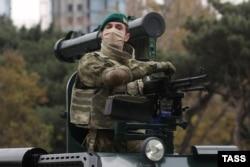 Sebuah kendaraan lapis baja Cobra buatan Turki meluncur, dilengkapi dengan senapan mesin PK dan rudal anti-tank Shershen buatan Belarusia. Parade itu memamerkan banyak perangkat keras militer yang dibeli Azerbaijan yang kaya minyak di pasar senjata global dalam beberapa tahun terakhir.