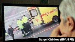 Видео, публикувано в социалните мрежи, показва как Навални е свален от борда на самолета и качен в линейка, която го отвежда в Омската спешна болница в четвъртък.