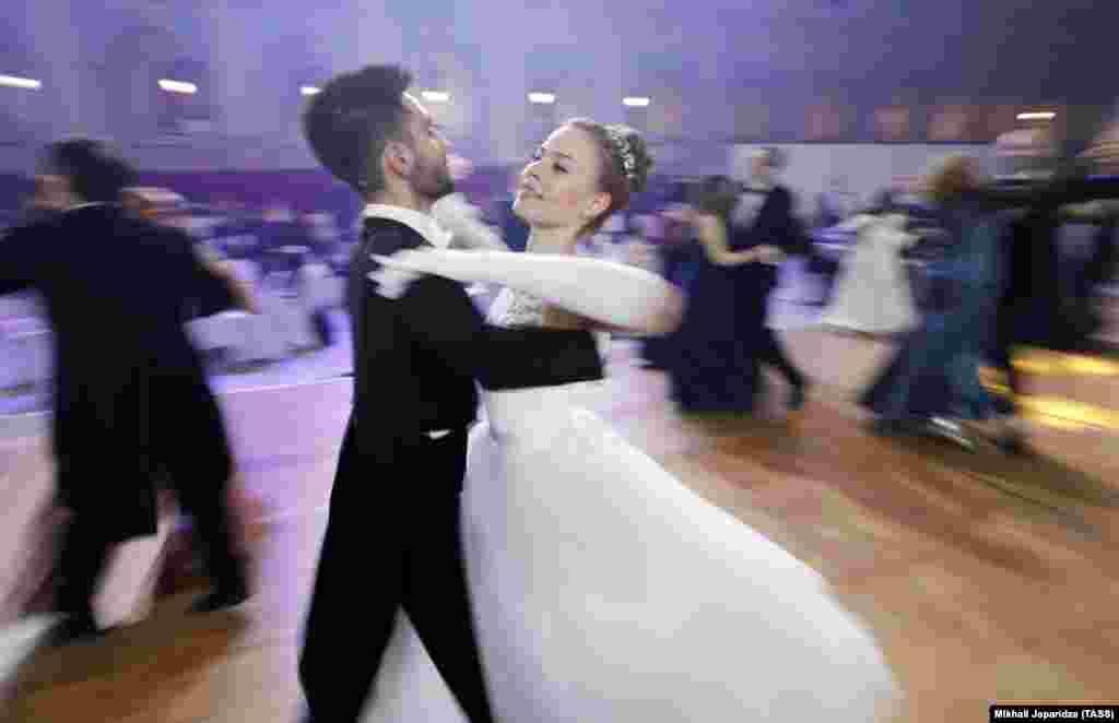 Mladi par na plesnom podiju 18. Bečkog bala u Moskvi.