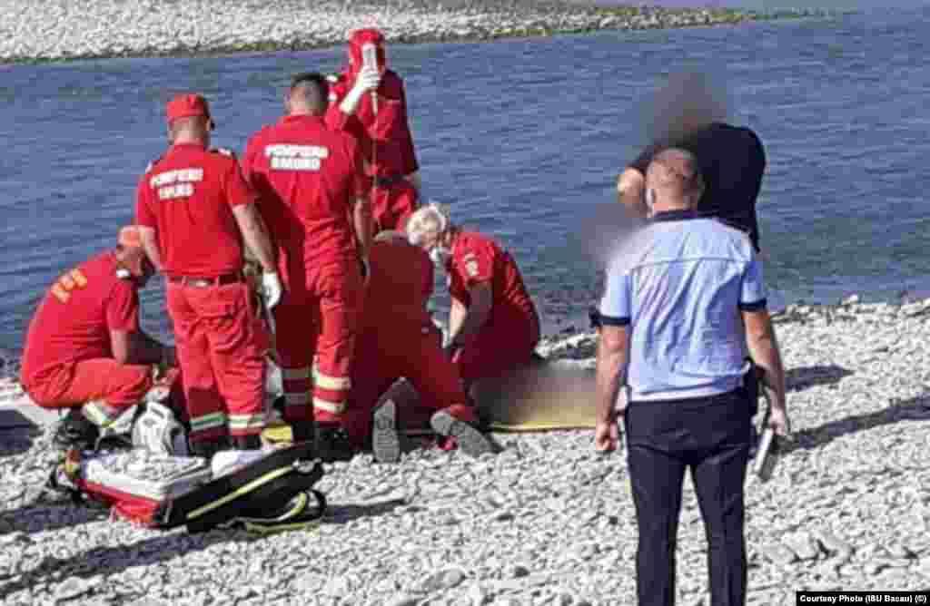 Primul copil a fost găsit după trei ore de căutări de-al lungul albiei râului Siret și supus manevrelor de resuscitare