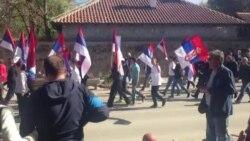 Serbët në Graçanicë në ditën e vizitvs së Daçiqit