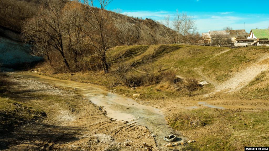 В этом месте Бодрак можно легко перешагнуть. Зимние снегопады почти не отразились на водостоке реки