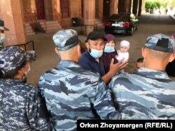 Бағлан Орынбеков және оның отбасы арнайы жасақ алдында тұр. Нұр-Сұлтан, 25 мамыр 2021 жыл.