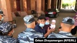 Баглан Орынбеков, его жена и дети, путь которым заблокировал спецназ. Нур-Султан, 25 мая 2021 года