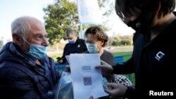 """La Tel Aviv, în Israel, o persoană vaccinată își prezintă """"pașaportul verde"""" înainte de a intra la un concert, 23 februarie 2021."""