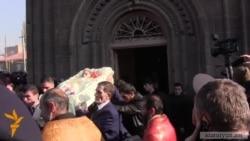 У Вірменії поховали родину, у вбивстві якої підозрюють російського солдата