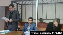Болатбек Блялов в зале суда (на заднем плане). Астана, 21 января 2016 года.